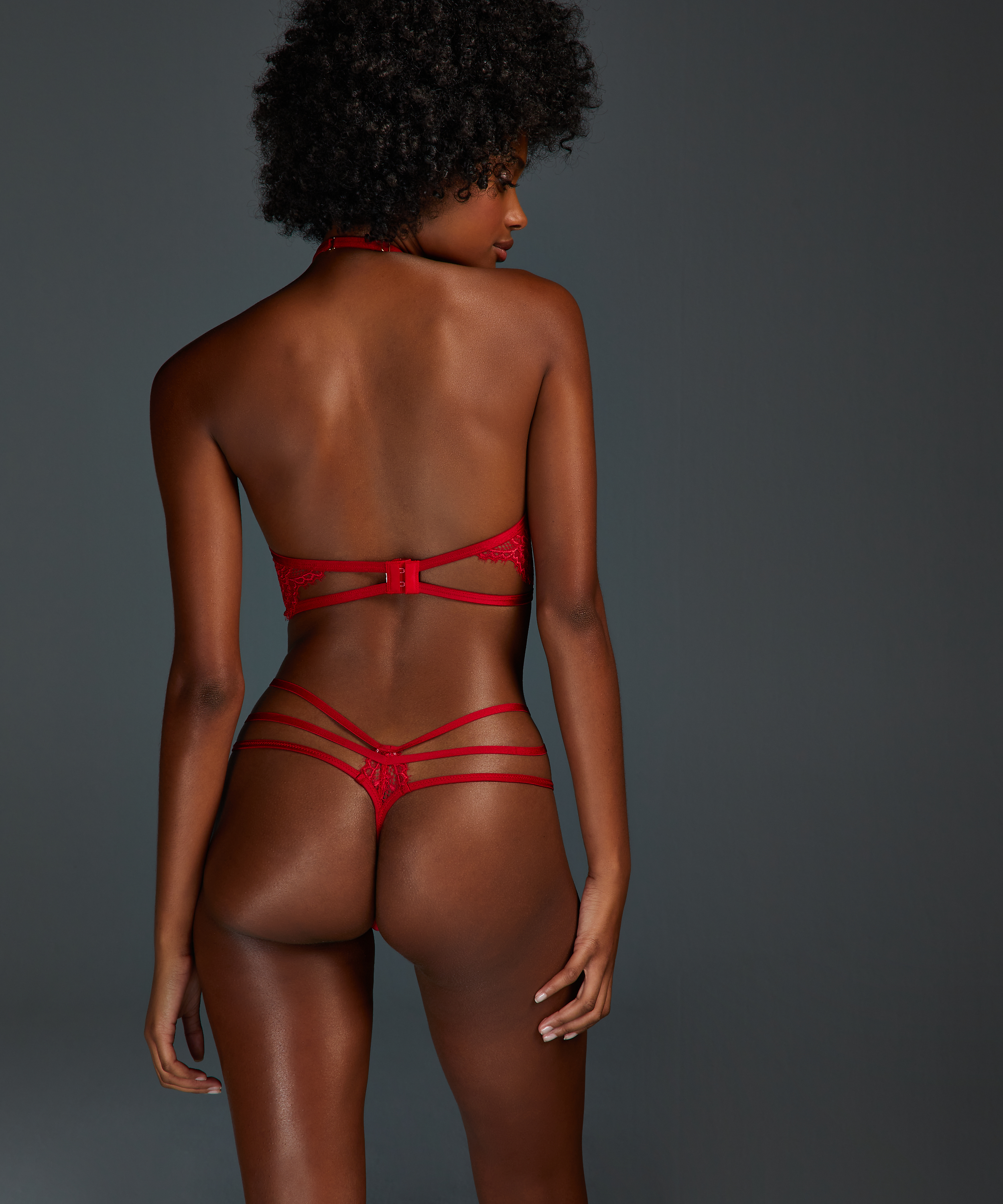 String Eve, Rouge, main